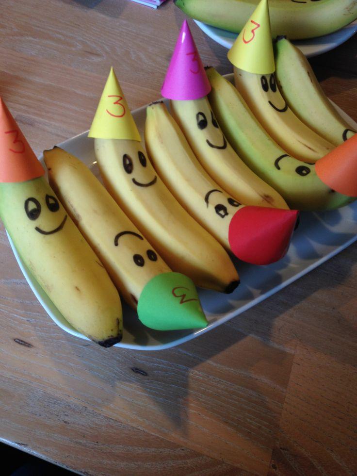 Traktatie van Kick voor peuterspeelzaal. Banaan, bananen met feestmuts.