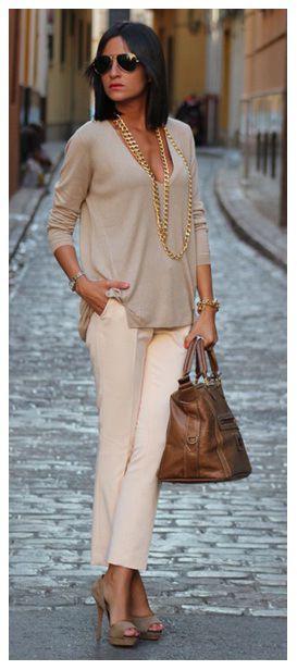 02_LOOKS DE TRABALHO_Chiques e elegantes_looks_ detalhe que fez a diferença _ look bege_colar de corrente dourado_look nude