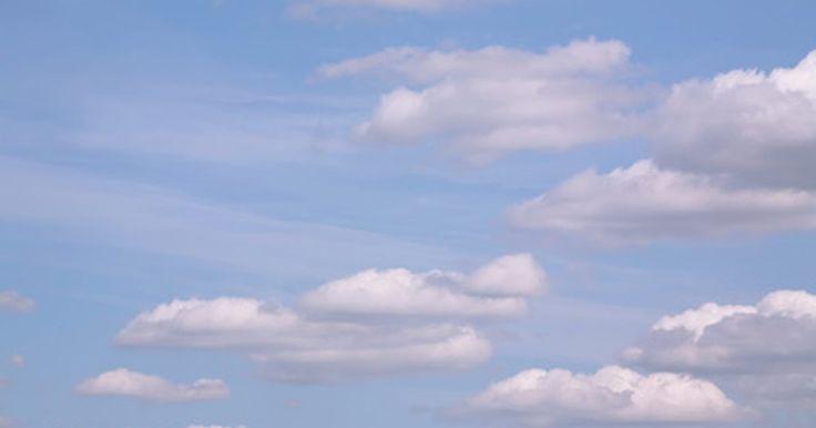 Experimentos con hielo seco y jabón de manos. El hielo seco es dióxido de carbono congelado a -109 F (-78,33 C). Dado que el CO2 es más pesado que el aire, las burbujas de jabón llenas de dióxido de carbono se hunden. Existen muchos experimentos sencillos con hielo seco y jabón que revelan algunas de las propiedades básicas del CO2.