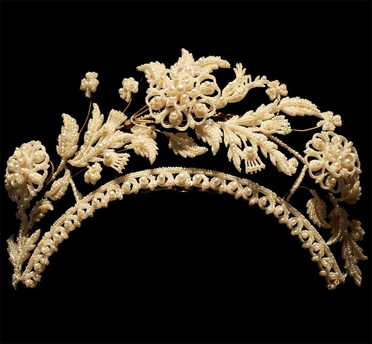 Seed pearl tiara, UK, early 19th century, decorated with the rose of England, The thistle of Scotland, The back side of the roses have been given a helical coil. The flowers are designed making small movements.