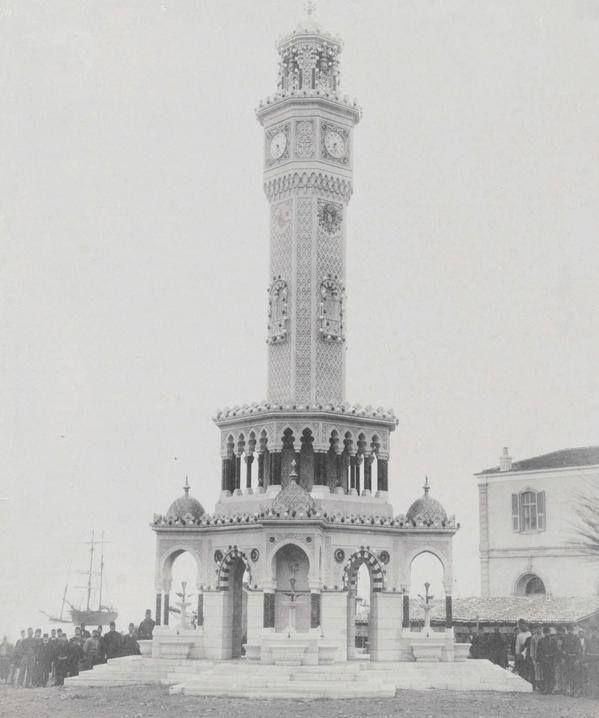 İzmir saat kulesinin Sultan II. Abdülhamid'in tuğrası ile Osmanlı arması sökülmeden önce çekilmiş resmi (1901)