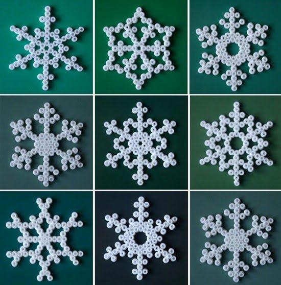 (foto via Karlssons )     Faça flocos de neve com contas de plástico, que tanto podem servir  como bases para copos  ou adornos de deco...