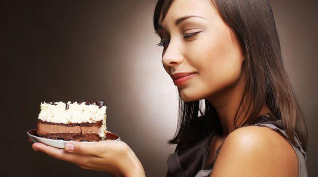 Диетическая слежка: считать сахар или калории? - Вопрос: Я знаю, что нужно считать калории и следить, чтобы потребление соли не превышало 1200 мг в день, но нужно ли считать еще и количество съеденного в день сахара? Ведь он кроется в огромном разнообразии продуктов!