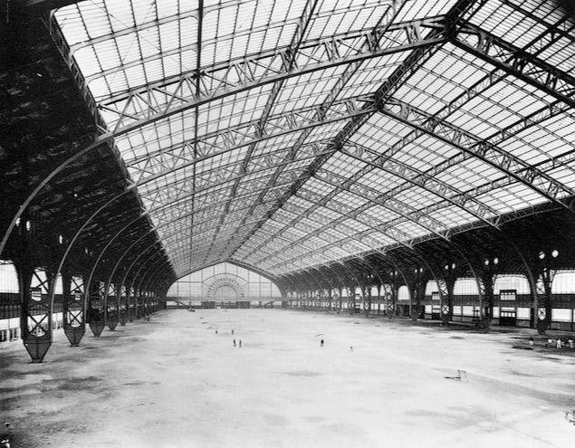 889  Galerie des Machines à l'Exposition universelle (Ferdinand Dutert, architecte ; Victor Contamin, ingénieur). Détruite en 1910.