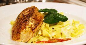 Enkel bjudrätt med färsk pasta, kyckling och krämig gräddädelsås.