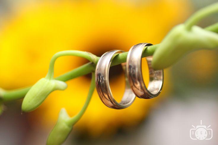 Verighetele mirilor sunt cele care raman pe degetele noastre tot restul vietii ca dovada a fagaduintei iubirii unul fata de celalalt. Merita sa le suprindem inca din prima zi in care si-au ocupat locul de top in vietile noastre: http://www.degalfoto.ro #degalfoto, #verighetemiri, #fotografnunta