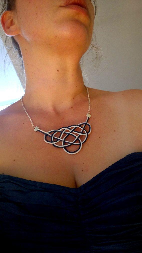 Nouez le collier, collier de déclaration, cordon collier, collier corde, bavoir collier, nautiques, Celtic Knot, nœud marin, noeud d'amour, chaîne, blanc bleu
