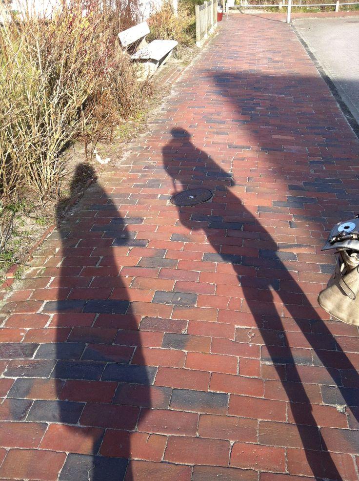 Lieblingsfleck Juist - Schattenspiele auf rotem Steinpflaster