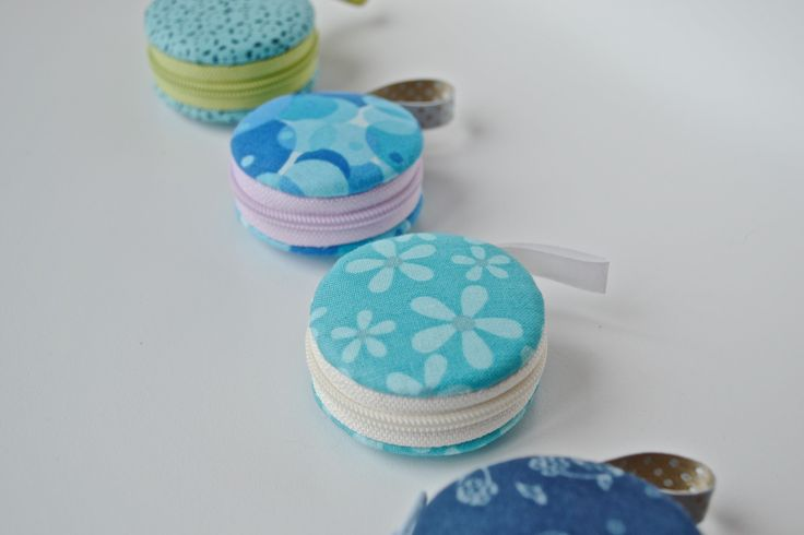 "Macaron en tissu ""Bleu lagon"", étui à bijoux, trousse macaron kawaii : Presentoir, boîtes par les3sardines"