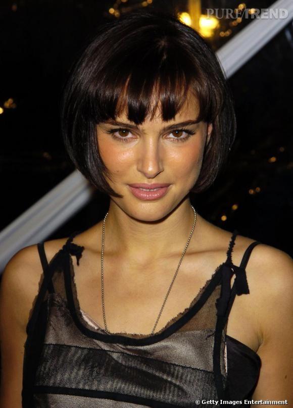 Ambiance cabaret pour Natalie Portman qui choisit un carré court tendance  années folles  agrémenté d'une frange droite effilée. Une coupe féminine qui lui donne une allure de pin-up.