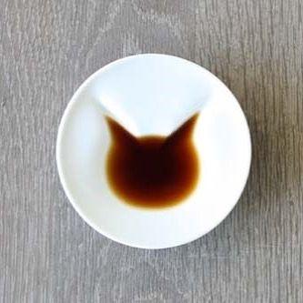 醤油を注ぐとパッとねこが浮かび上がる不思議な小皿。 子猫から大人の猫へ、成長するように姿を現すユニークなうつわです。 . ▶︎詳細は @creemajp のURLよりご覧いただけます . #creema #handmade #クリーマ #ハンドメイド #猫 #うつわ #しょうゆ小皿 #お皿 #ユニーク . creemaで見つけたあなただけのお気に入りを #my_creema のハッシュタグでぜひ投稿してください.。 . 【ねこしょうゆ小皿 : ecru-jpさん】 https://www.creema.jp/item/4040069/detail