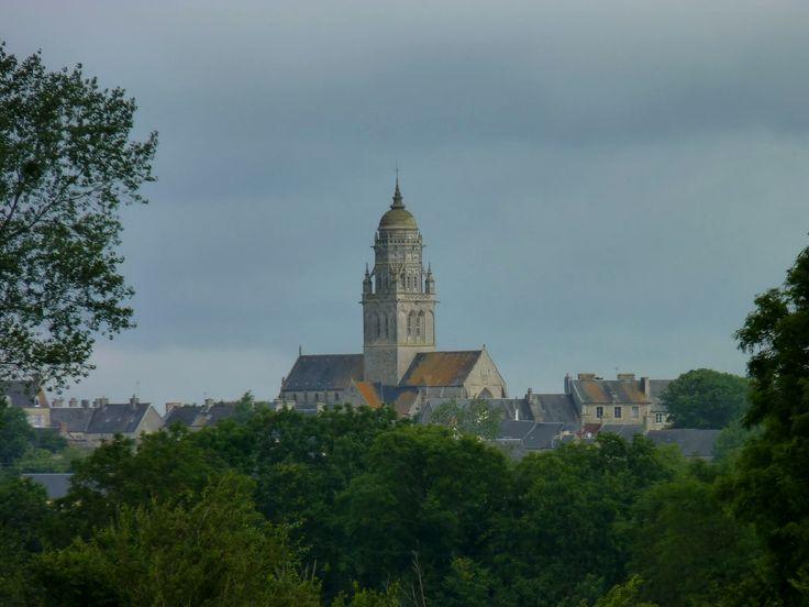 Fiez-vous au clocher de Sainte Marie du Mont, visible du parc.  Si son toit est humide, prévoyez la parka et les bottes. (photo : 2012, mais ça marche encore aujourd'hui)