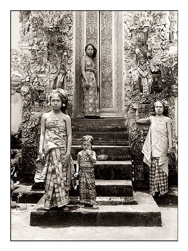 Balinese women in front of a temple, date and photographer unknown. Source: Tropenmuseum of the Royal Tropical Institute, Amsterdam