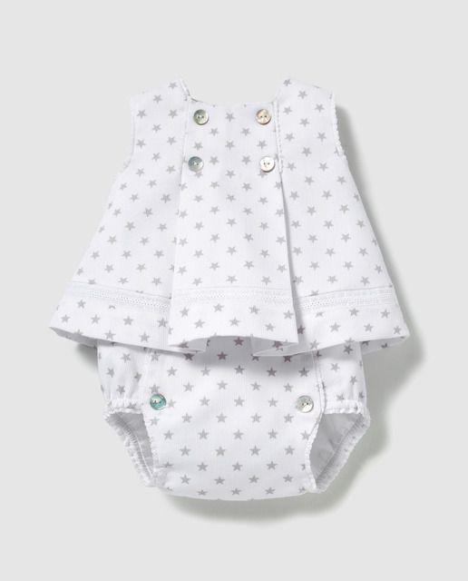 e3a4679c0 Faldón corto en color blanco con estampado de estrellas, sin mangas y  cierre de botones. Cubrepañales con cierre de botones a conjunto. Talla  única.