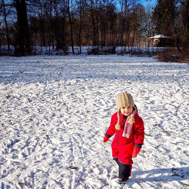 Schnee: check ✅ Schneeanzug: check ✅ Warme Stiefel: check ✅ Kindgerechter Hügel: check ✅ Eltern, die vergessen haben, sich rechtzeitig um einen Schlitten zu kümmern: check ✅ Trotzdem gut gelaunt den anderen Kindern zusehen: unbezahlbar  #familielenimoimwinter #wirübennoch