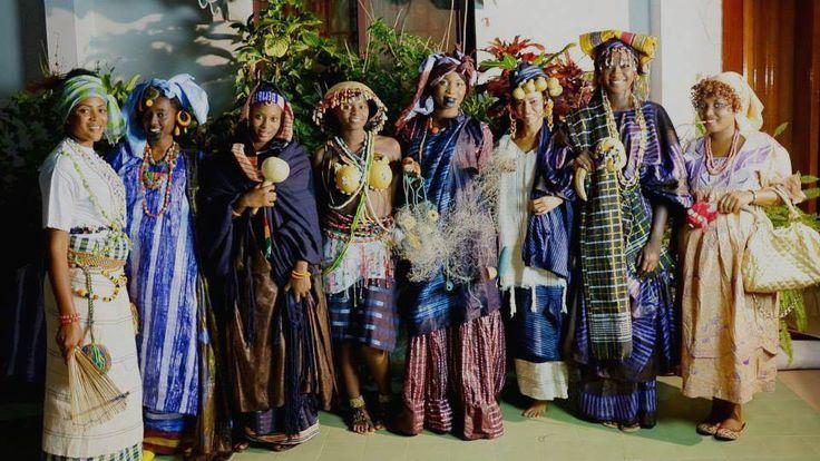 Inspiratie: vrouwen in Gambia dragen traditionele stijlen. Handgeverfd op artistieke wijze, volgens eeuwenoude tradities!