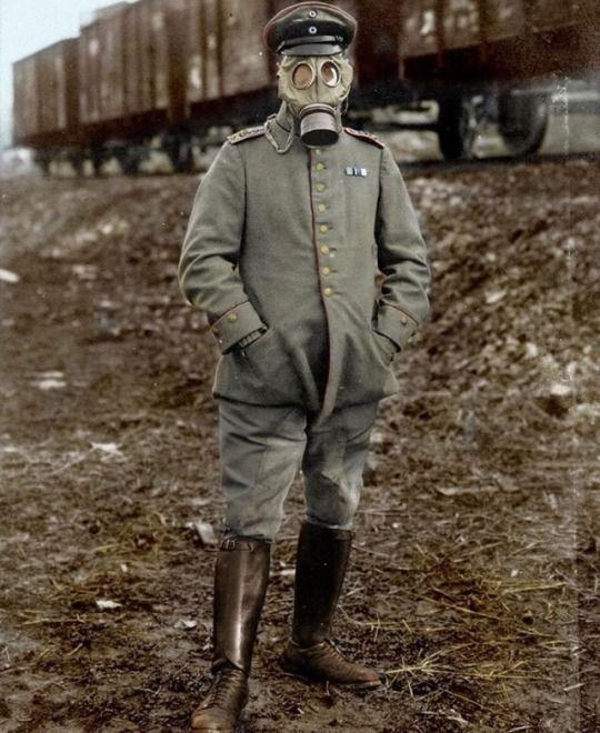 Artillry officer wearing a gummimaske 1915 .