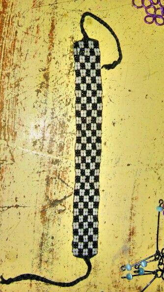 Pulcera de mostacillas, hecha en telar