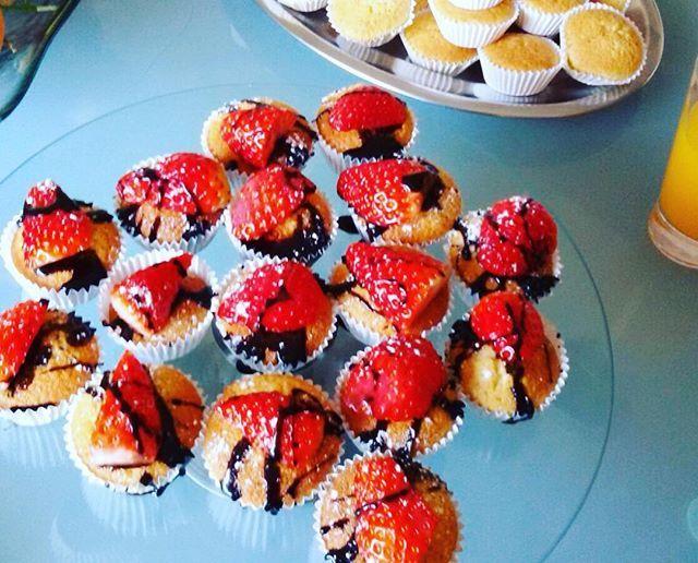 WEBSTA @ sofil88 - Domingos saudáveis 🙊😏 #sqn.........#sunday #healthysundays #cupcakes #instafood #food #cakes #chocolate #strawberries #chocolateandstrawberries #domingo #winter #inverno #colddays #cold #january #janeiro #sweet #sogood #cheatmeal #like4like #likeforlike #onlytoday #tomorrowillgotothegym