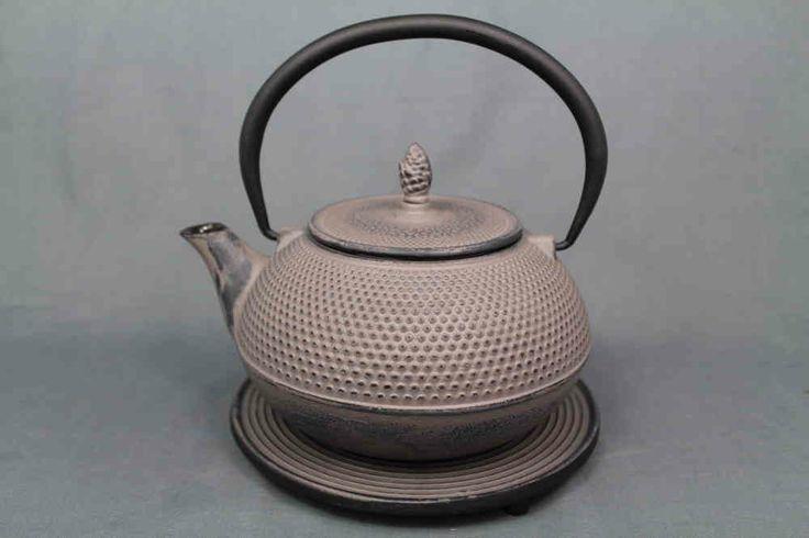 In Japan gehört die asiatische Gusseisen-Teekanne zu jeder Teezeremonie dazu wie der Tee selbst. Es gibt die Eisenkannen in verschiedenen Formen und Musterungen. Diese schlicht elegante Teekanne ist beispielsweise aus der Arare-Serie.