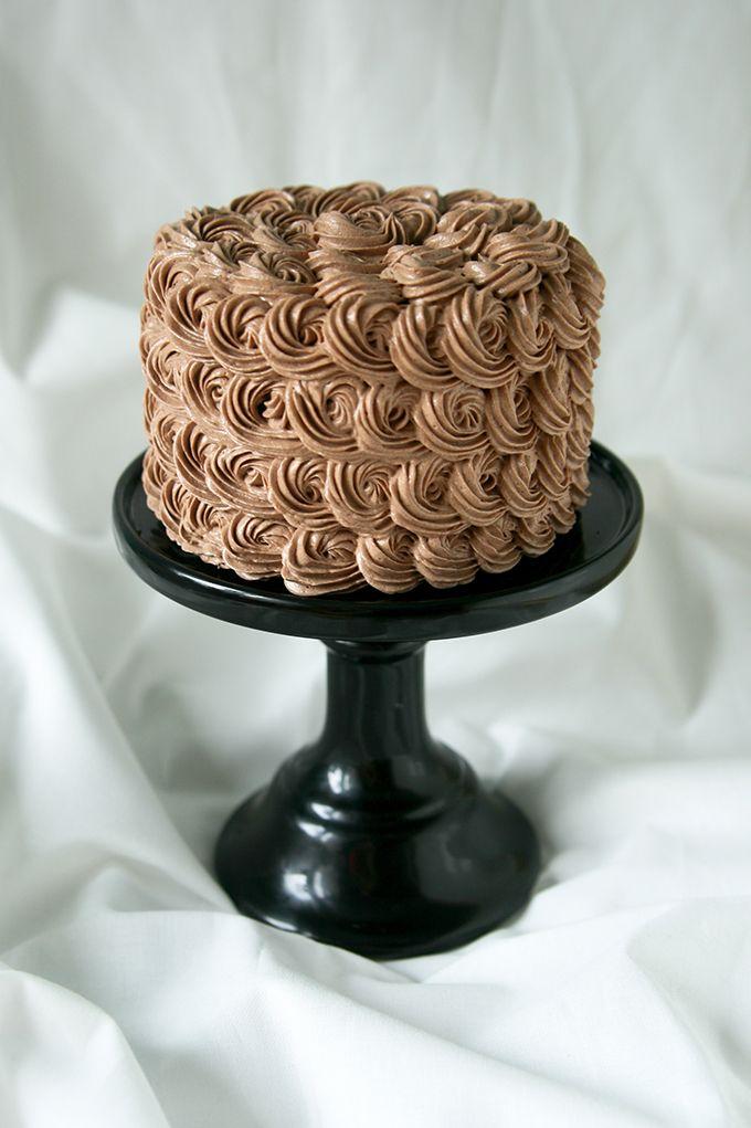 chocolate swiss meringue buttercream cake recept t rta. Black Bedroom Furniture Sets. Home Design Ideas