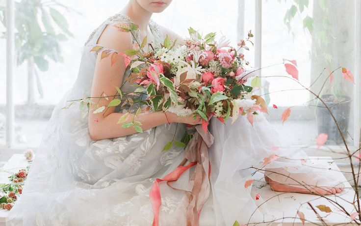 #bridalbouquet from #tulipinamoscow workshop photo: Corbin Gurkin #amarilis, #autumnweddingdecor, #fallwedding, #silkribbon