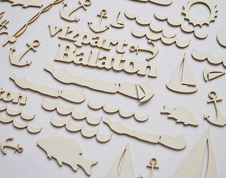 Natúr chipboard, tematikus díszítőelemek. Tóparti nyaralás, esetleg a Balatonon? Pecázás, fürdőzés, sütkérezés… Használhatod képeslapok, scrapbook oldalak díszítőelemeként. Átlag méret 2-4 cm. Paraméterek: Sav és ligninmentes karton ömlesztett csomagolás