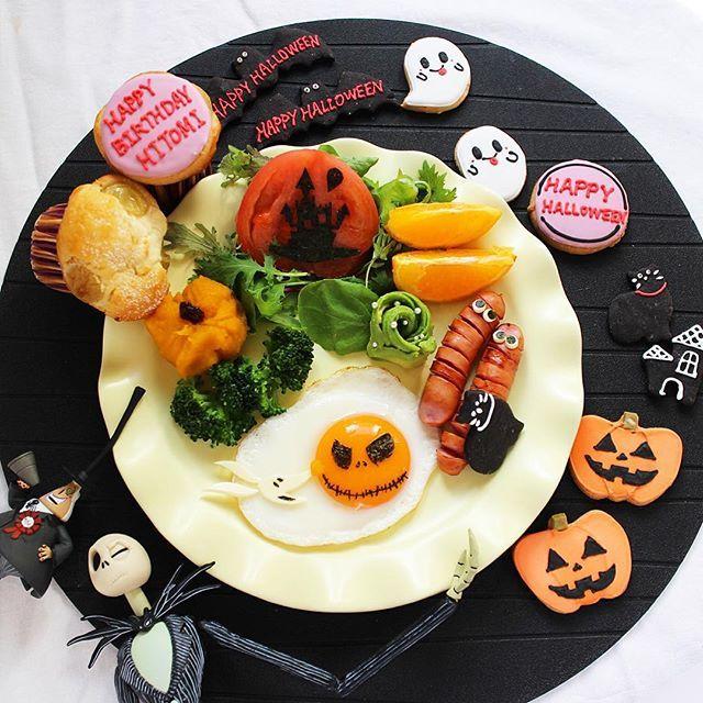 * @yukariotsu ゆかりから♡♡ * 編みぐるみのお礼にって ハロウィンのクッキーと シャインマスカット×クリチのマフィン! なんと!私の誕生日に届くという 粋な演出😭❤️ ありがとう〜💕✨💕✨💕✨ 朝ごはんに頂きました😋 すっごく美味しかったよ〜♡ * 最近よく聞かれる 私の名前なんですが…(*´艸`) 『ひとみ』って言います。 『ひーと』とか『ひーちゃん』って 呼ばれることが多いです😊 自己紹介がてら、アイコンも今日だけワタシです(*´艸`) * #キャラごはん #誕生日 #ジャック #クッキングラム #アイシングクッキー #目玉焼きアート #おうちごはん #おうちカフェ #photooftheday #cooking #locari_kitchen #ptk_food #foodstyling #KURASHIRU  #vscofood #instafood #macaroni #foodart #foodstagram  #charaben #ママリ #デリスタグラマー #ママリハロウィン #LIN_stagrammer #IGersJP…