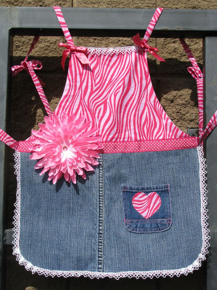 The bright pink makes this little apron pop!
