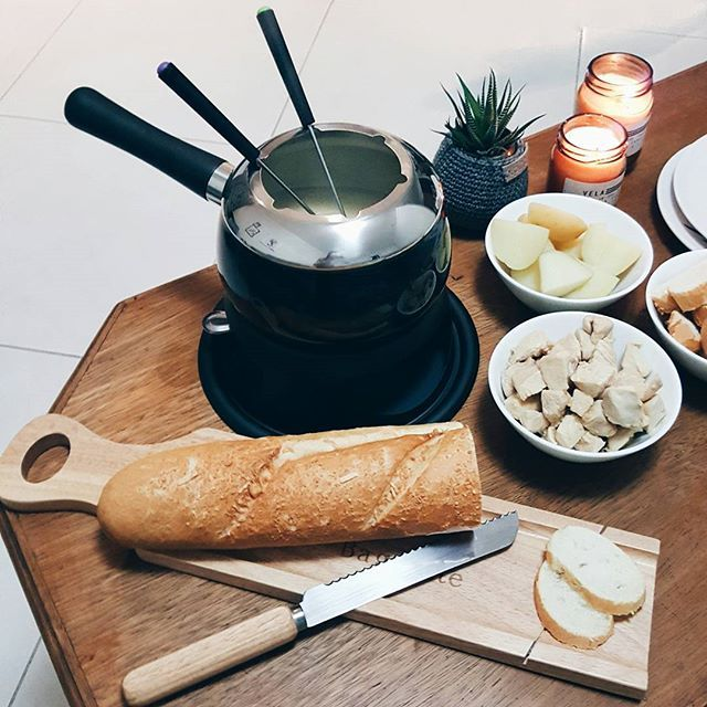 Esse foi nossa primeira noite de fondue aqui em casa. E a bonita aqui não sabia que o aparelho de fondue tem regularem do fogo e quase queima tudo. Nossa panelinha é da @cristallepresentes. Não só a panela, mas a tábua e a faça de pães também. Kit inverno mode on.  .  #morandocomamor #homesweethome #homedecor #instadecor #decoracao #decor #fondue #cristallepresentes #queijos #vinho #paes #interiordesign #inverno