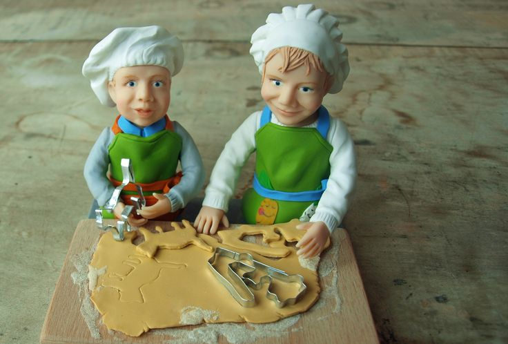 Porträtfiguren Kinder beim Keksebacken www.figurenwerkstatt.at