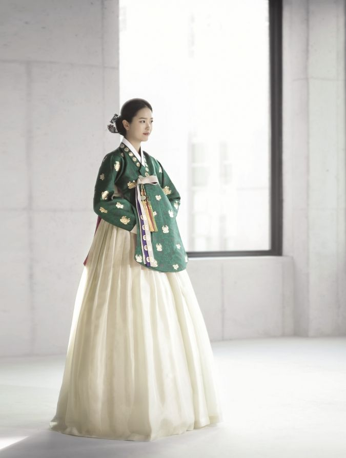 This type of hanbok with the lengthier top is usually reserved for weddings, but also good for those who are slightly older. #koreanfashion #fashion