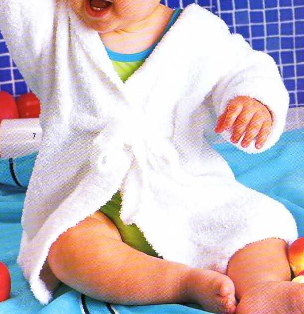 Pour la piscine ou le bain, un peignoir tout doux à tricoter pour bébé. Tailles : 3 à 18 mois Aiguilles : 3,5 Le pull Au bord de la piscine Le paletot à capuche