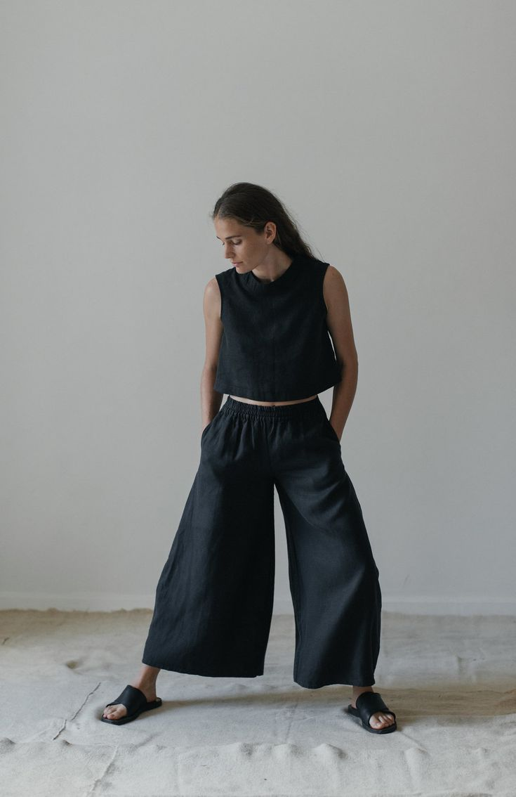 Black linen pant. Wide leg with tulip shape.Mid rise. Elasticized waist and side pockets. 100% linen, machine wash in cold water and hang to dry or dry clean. Model is wearing size S. Prices are in USD. Pesos price is 4200 pesos.