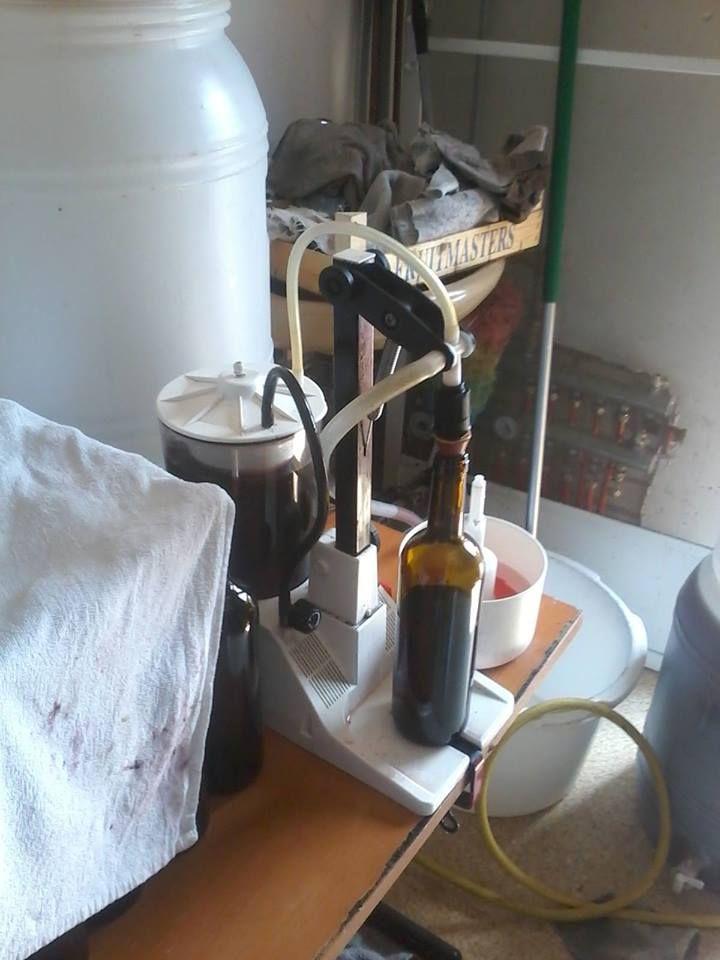 We bottelen elke fles met de hand, heel ouderwets en ambachtelijk. Interesse in onze wijnen? Kijk dan eens op www.wijnmakerijdebetuwe.nl