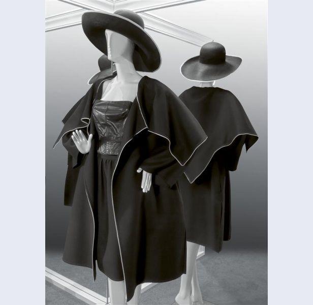 Frans Molenaar [1940- ...] (ontwerper) Ensemble betaande uit jasje en rok van zwarte wol met witte leren bies en top van zwart nappaleer Amsterdam 1983 wol leer kunststof metaal Gemeentemuseum Den Haag: 0556869