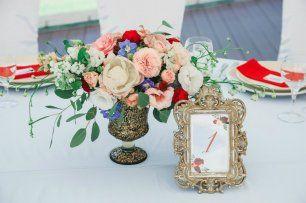 Композиция на стол гостей в голубо-бордовой гамме оформления свадьбы с элементами золота