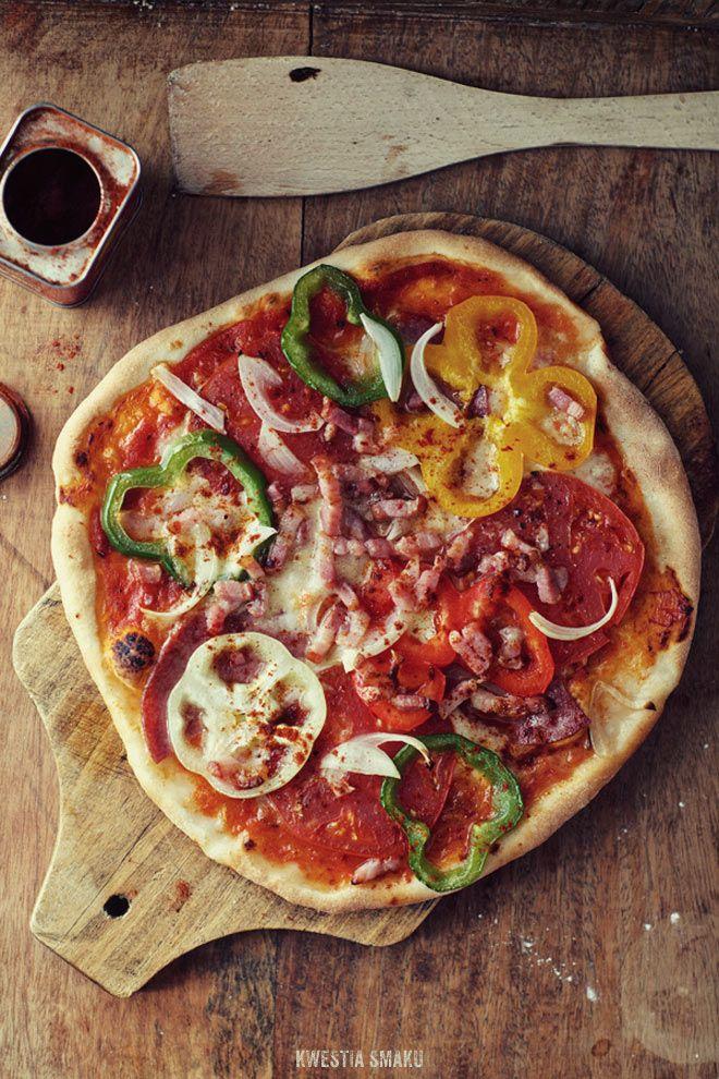 Pizza węgierska - z salami, boczkiem, pomidorami, cebulą i papryką