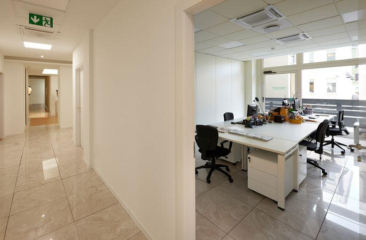 Uffici della zona operativa allestiti con le scrivanie della collezione #Click in finitura total white at #LouisVuitton Milano
