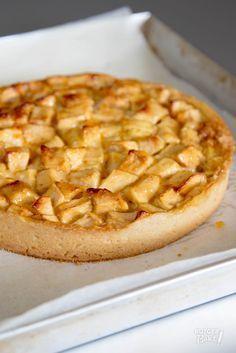 In tegenstelling tot de 'normale' appeltaart giet je bij deze Bretoense appeltaart nog een mengsel over de appelvulling heen.