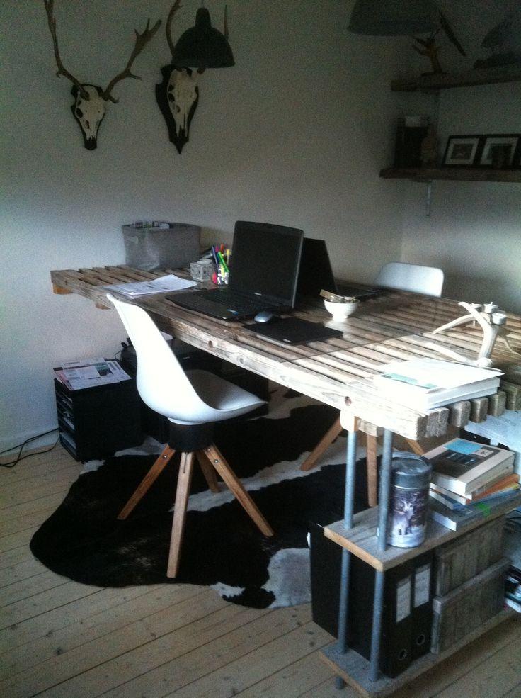 Mit nye/gamle skrivebord - lavet af murer-traller.