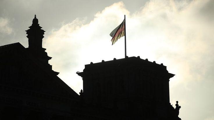 Jamaika-Verhandlungen: Die deutsche Flagge weht über dem Reichtstag, dem Sitz des Bundestags.