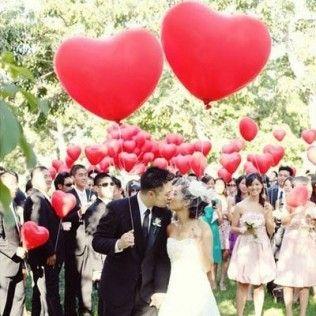 Lâcher de ballons! Et pour les mariés, le ballon spécial en forme de coeur...