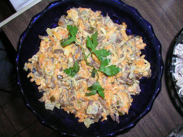 http://amazing-food.ru Простой, вкусный и сытный салат. Существует несколько видов этого салата, это самый простой и демократичный:) Ингредиенты: Курица (грудка или окорочок) - 300-400 г Морковь - 1-2...