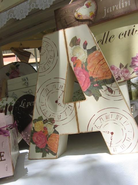 Caja letra decorada con papel decoupage y stencil