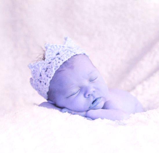 Hvit heklet Krone til nyfødt baby for Fotografering One Size men den er tøyelig. og passer til nyfødt baby omkrets: 25-27 cm (men tøyelig) Håndheklet i lyseblått blandingsgarn. På...