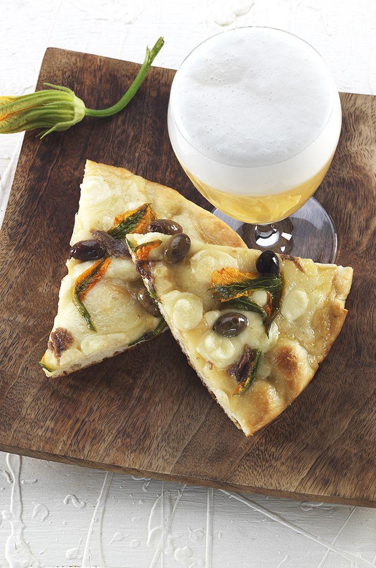 Focaccia fiori di zucca, provola affumicata e acciughe. La birra ideale in abbinamento è una Blanche, fresca e speziata, in grado di esaltare la nota floreale dei fiori di zucca ed equilibrare la sapidità di provola e acciughe. #birraiotadoro #abbinamenti #pizza