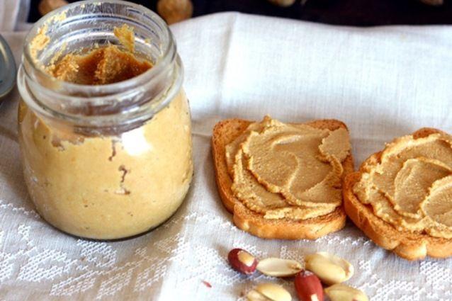 Il burro di arachidi è la ricetta tipica americana della cremina che viene spalmata su pane tostato o usata per farcire i panini. Scopriamo insieme la sua preparazione e le varianti.