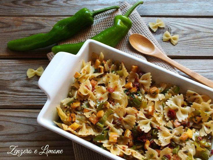 Questa insalata di pasta fredda è un primo piatto estivo estremamente appetitoso a base di friggitelli, pomodori secchi e dadini di frittata. Buonissima.