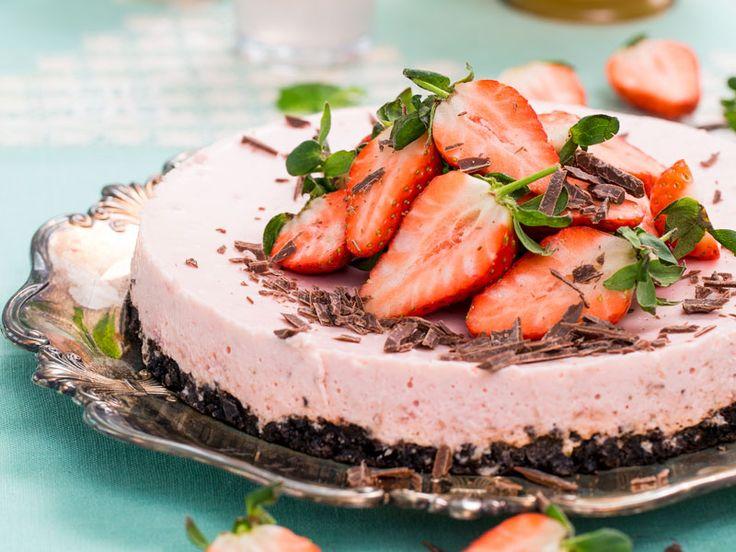 Ljuvligt somrig – och väldigt vacker – cheesecake med jordgubbar och choklad.